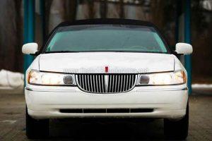 limousine bianca con tetto nero
